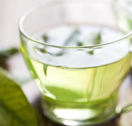 Kokosöl in grünem Tee