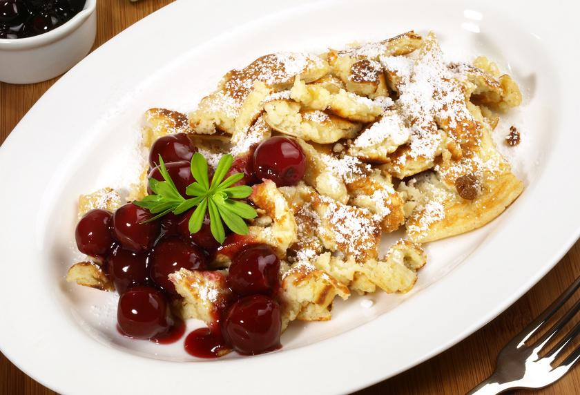 Kaiserschmarrn mit Kokos, weißer Schokolade und Amaretto-Kirschen